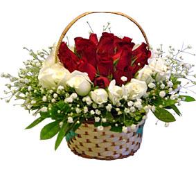 Dikmen Naciçakır çiçekçi mağazası  Sepet içerisinde kirmizi ve beyaz güller ile hazir