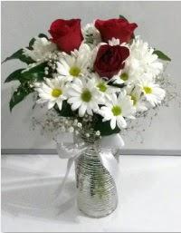 cam vazoda 3 adet kırmızı gül ve papatyalar Ankara Dikmen kaliteli taze ve ucuz çiçekler